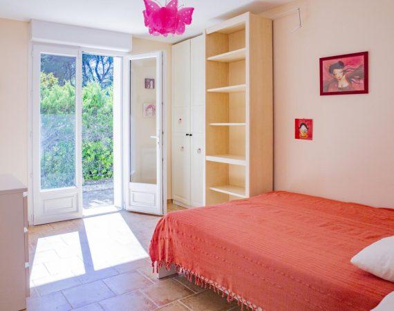 Chambre lit double dans villa à Carry le Rouet