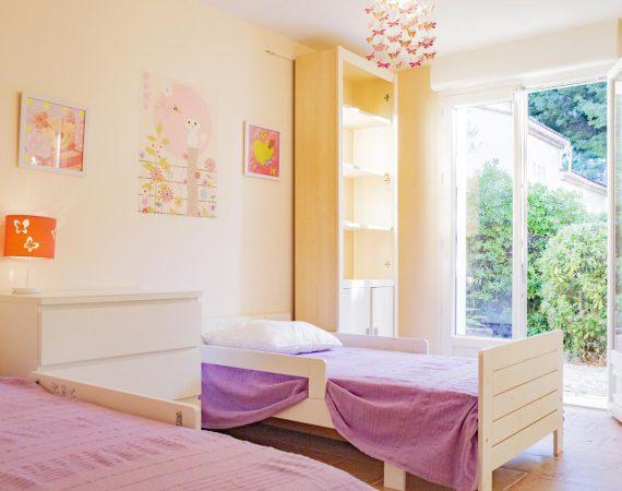 Chambre pour enfants avec deux lits simples dans maison de vacances à Carry le Rouet