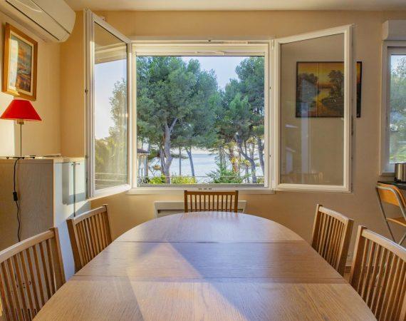 Salle à manger avec vue mer dans villa de vacances à Carry le Rouet